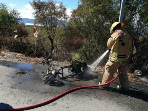 Alcanza a saltar de su motocicleta en llamas