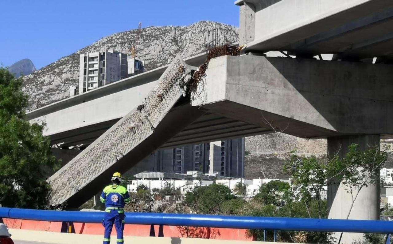 Colapsa viga de paso elevado en Santa Catarina