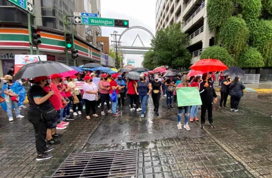 Maestros realizan protesta frente a Palacio de Gobierno