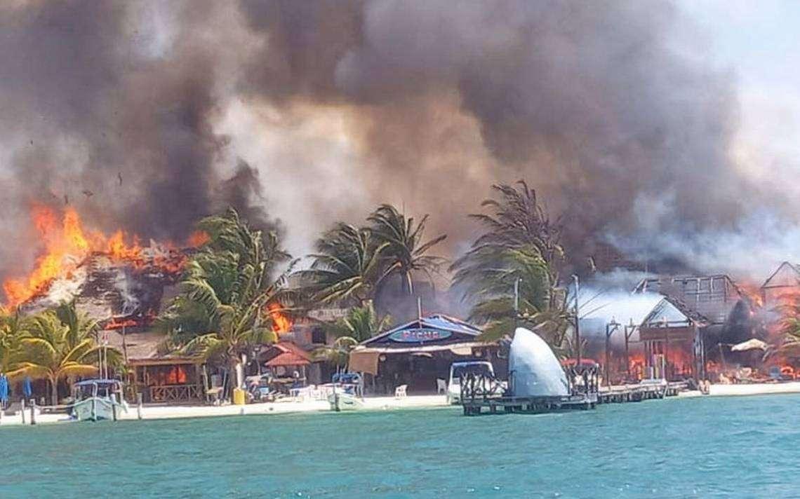 Fuerte incendio en Islas Mujeres consume una decena de establecimientos